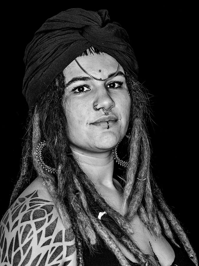 Nini de Souza – Farbverliebte Faces of St. Pauli - eine Portrait-Reihe in Schwarz-Weiss